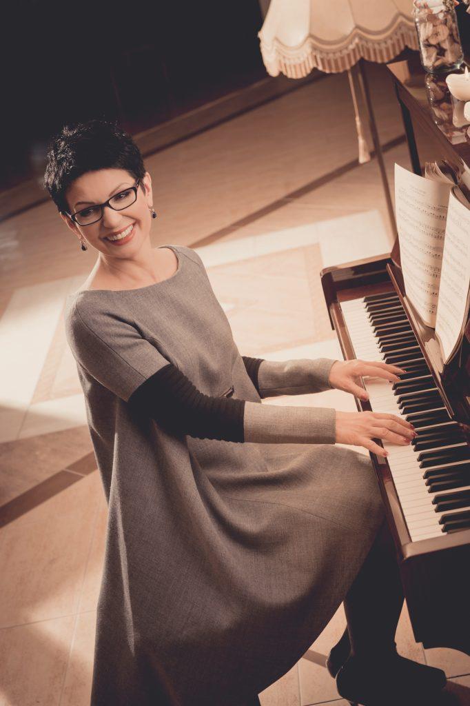 Anna Cichoń przy fortepianie